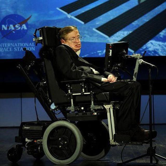21 sự thật thú vị về cuộc đời của Stephen Hawking - Là học sinh trung bình, gia đình trí thức nhưng khá... lập dị - Ảnh 12.
