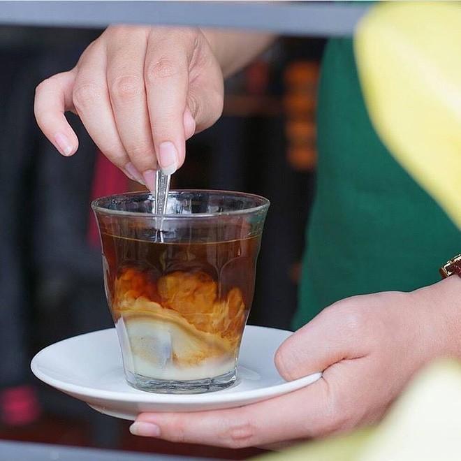 Vòng quanh thế giới đi tìm những món cafe độc đáo nhất: Cafe pha với than hồng, pho mát - Ảnh 13.