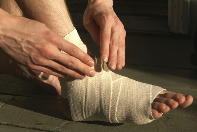 Bong gân – Làm sao để sơ cứu đúng cách, tránh ảnh hưởng chức năng xương khớp? - Ảnh 4.