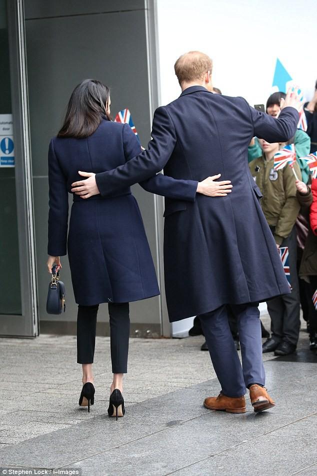 Mặc đẹp là thế nhưng hôn thê của Hoàng tử Harry lại quên một chi tiết rất nhỏ khiến tổng thể bộ đồ kém hoàn hảo - Ảnh 5.
