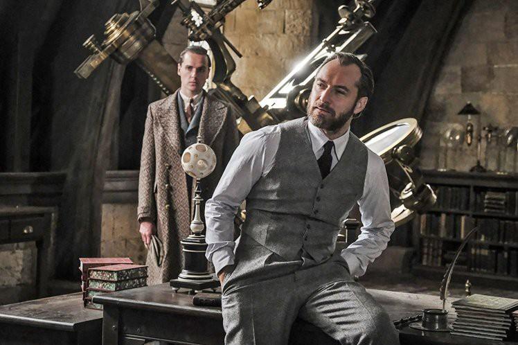 """Hiệu trưởng Dumbledore Jude Law cực bảnh thả thính tung tóe ngay trailer """"Fantastic Beasts 2"""" - Ảnh 3."""