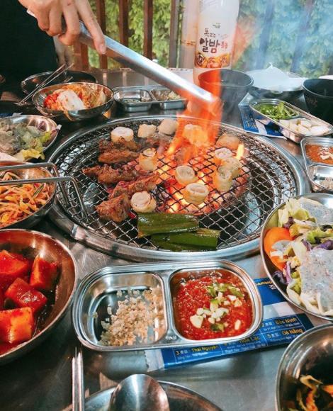 Đưa người Hàn chính hiệu đi ăn một trong những hàng thịt nướng ngon nhất ở Hà Nội