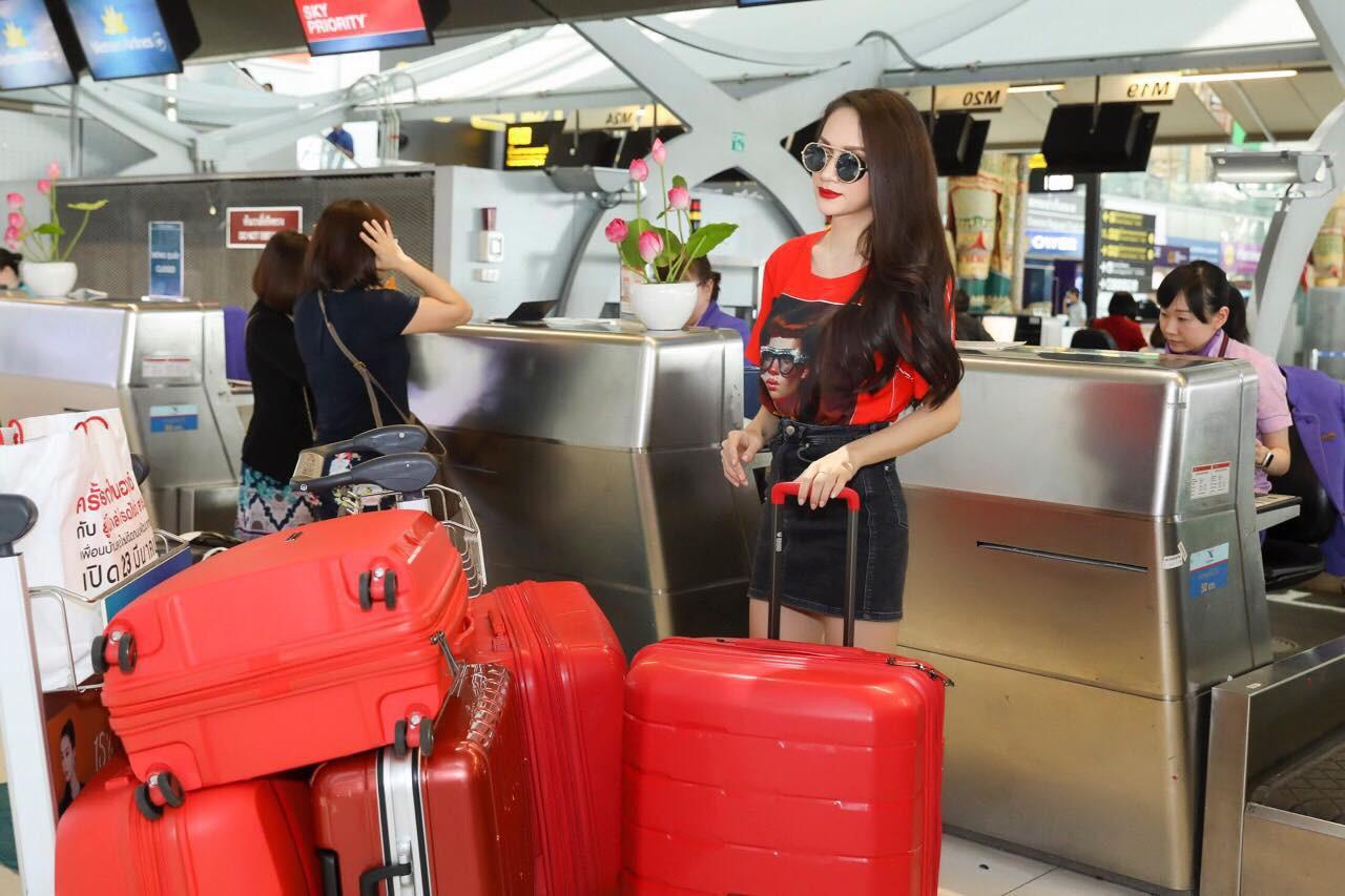 Về đến sân bay Việt Nam, Hương Giang vội thay áo dài đỏ, đội vương miện lộng lẫy để chào khán giả - Ảnh 18.