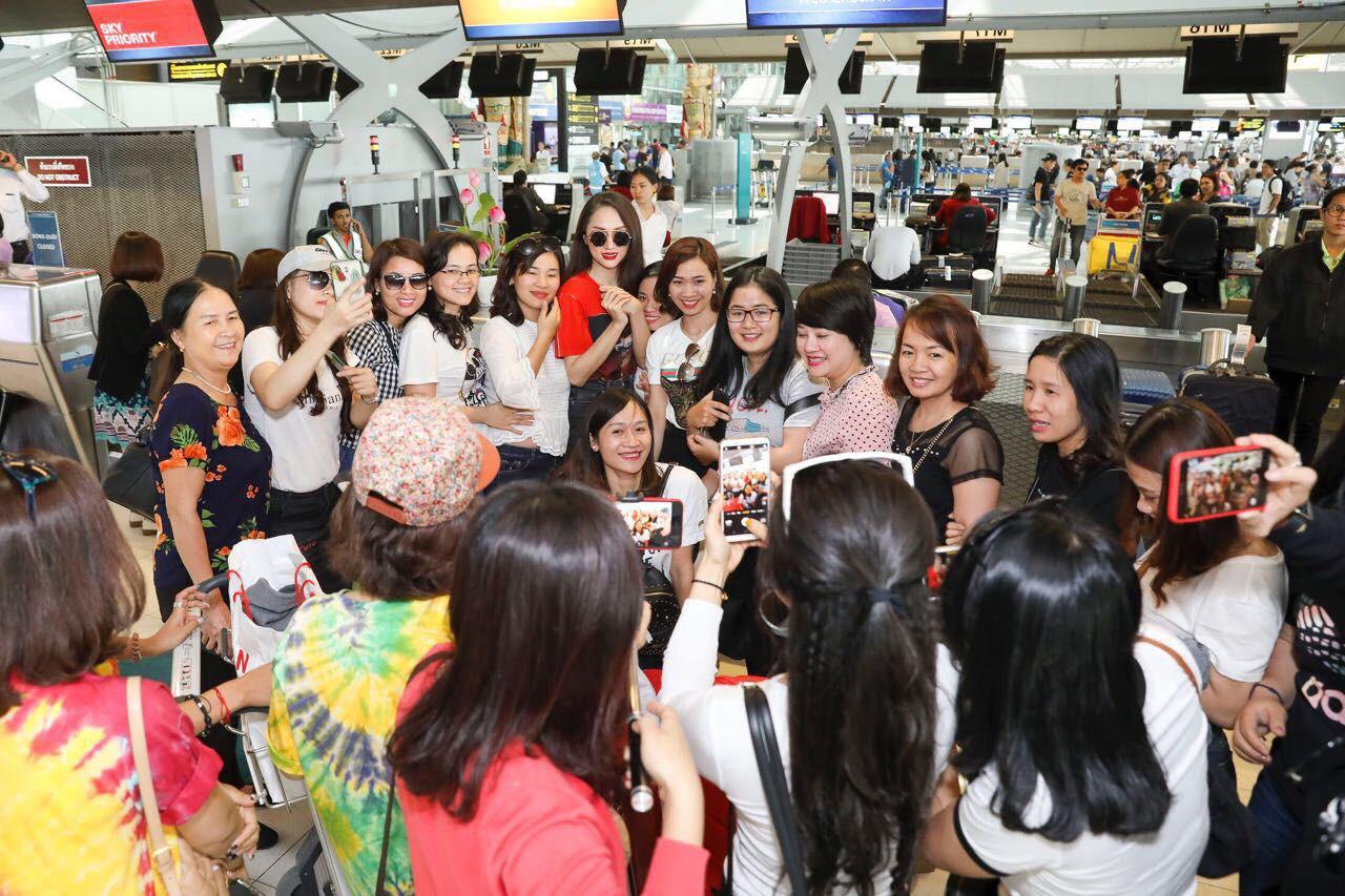 Clip: Fan bắt gặp và xin chụp ảnh với Hương Giang tại sân bay Thái trước khi lên đường về nước - Ảnh 3.