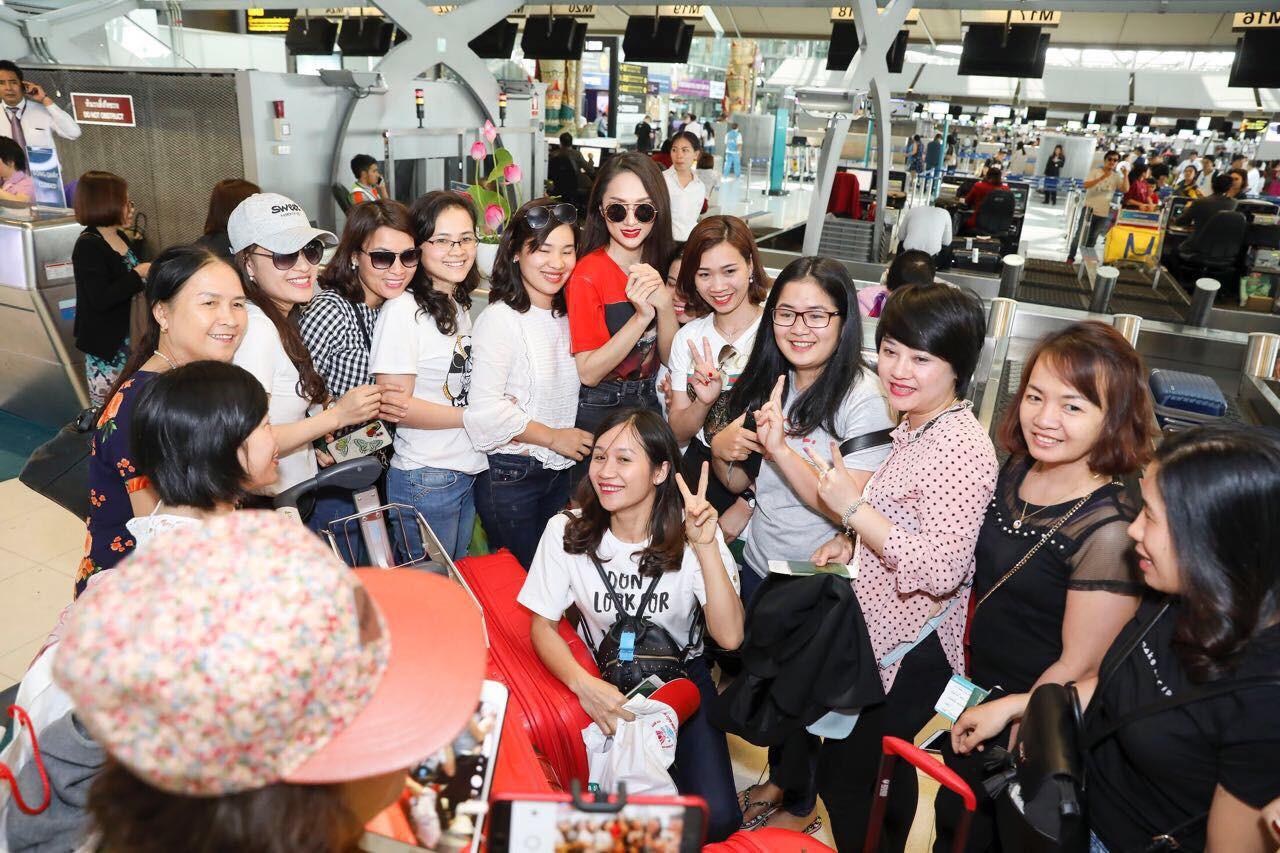 Clip: Fan bắt gặp và xin chụp ảnh với Hương Giang tại sân bay Thái trước khi lên đường về nước - Ảnh 4.