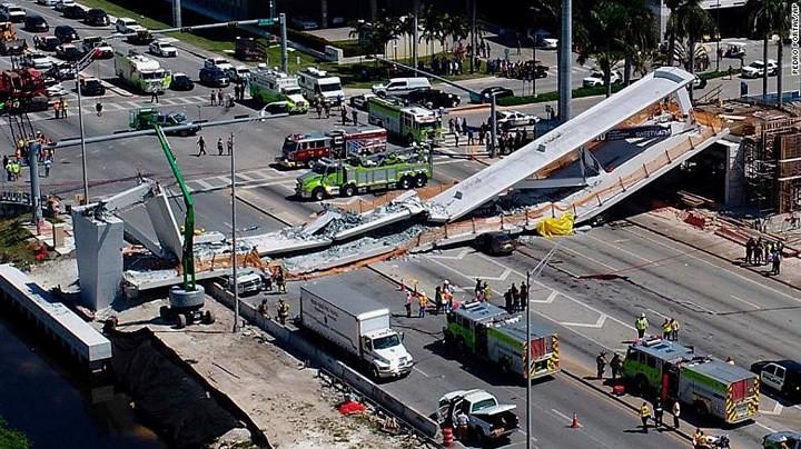 Hình ảnh hiện trường vụ sập cầu vượt vừa xây xong tại Miami (Mỹ) - Ảnh 1.