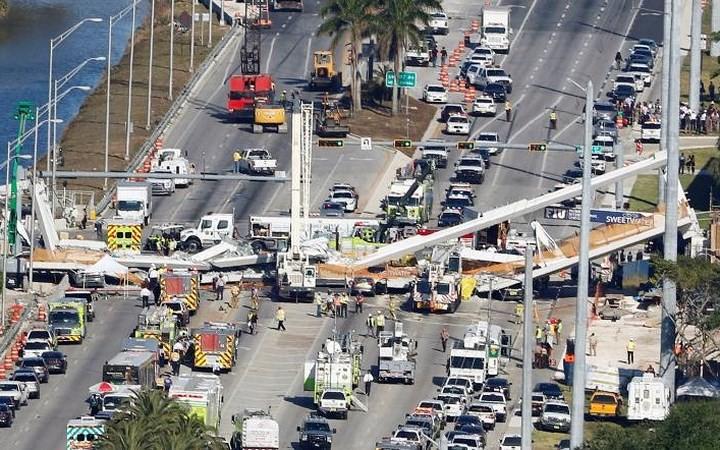 Hình ảnh hiện trường vụ sập cầu vượt vừa xây xong tại Miami (Mỹ) - Ảnh 2.