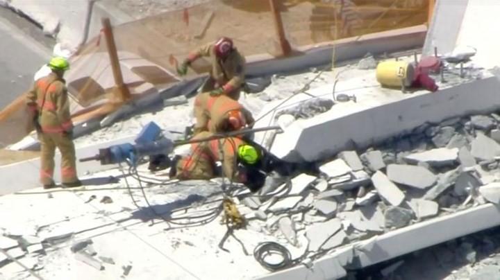 Hình ảnh hiện trường vụ sập cầu vượt vừa xây xong tại Miami (Mỹ) - Ảnh 5.