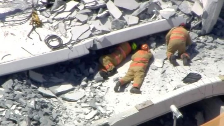 Hình ảnh hiện trường vụ sập cầu vượt vừa xây xong tại Miami (Mỹ) - Ảnh 6.