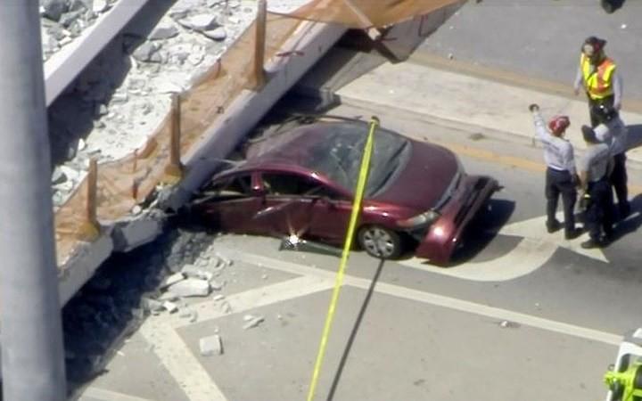 Hình ảnh hiện trường vụ sập cầu vượt vừa xây xong tại Miami (Mỹ) - Ảnh 7.