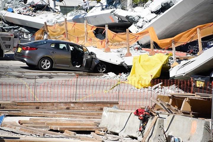 Hình ảnh hiện trường vụ sập cầu vượt vừa xây xong tại Miami (Mỹ) - Ảnh 8.