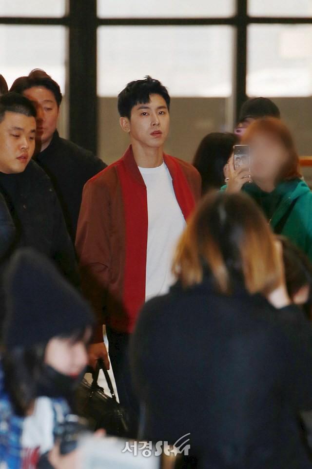Thời trang sân bay của dàn mỹ nam Hàn nửa đầu tháng 3 toàn đồ đơn giản nhưng hút mắt vô cùng - Ảnh 2.