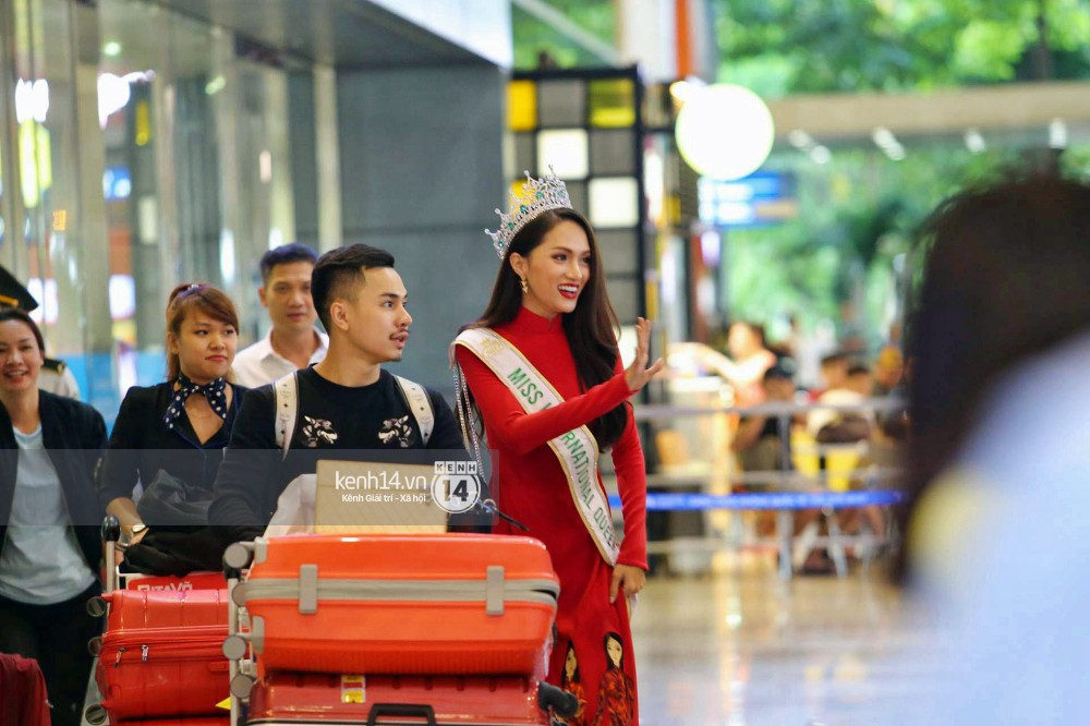 Về đến sân bay Việt Nam, Hương Giang vội thay áo dài đỏ, đội vương miện lộng lẫy để chào khán giả - Ảnh 2.