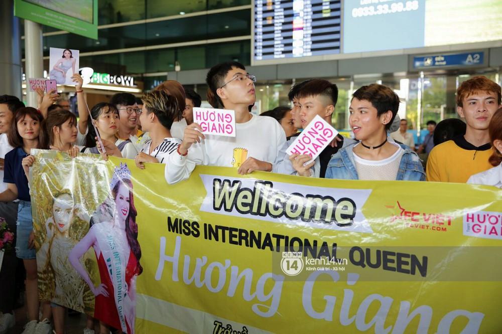 Về đến sân bay Việt Nam, Hương Giang vội thay áo dài đỏ, đội vương miện lộng lẫy để chào khán giả - Ảnh 16.