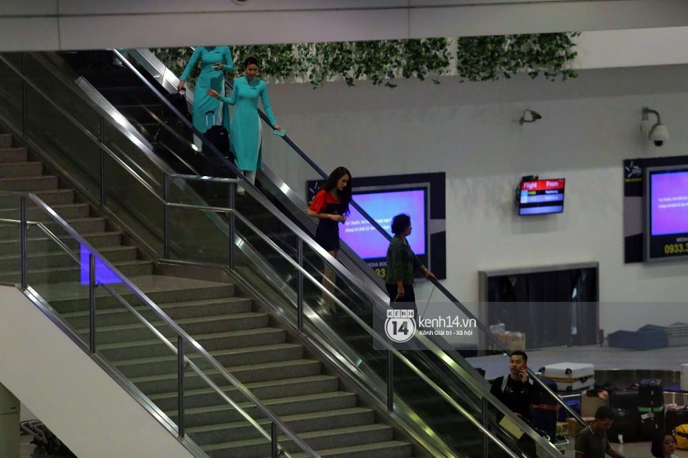 Về đến sân bay Việt Nam, Hương Giang vội thay áo dài đỏ, đội vương miện lộng lẫy để chào khán giả - Ảnh 10.
