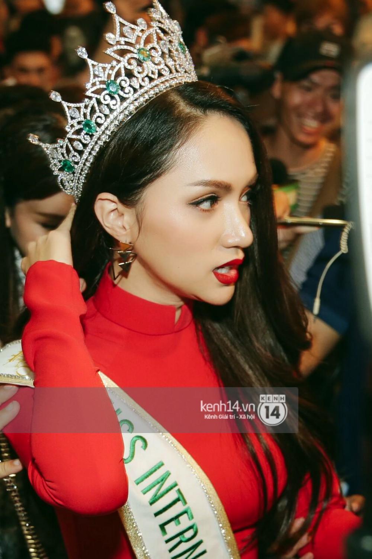 Về đến sân bay Việt Nam, Hương Giang vội thay áo dài đỏ, đội vương miện lộng lẫy để chào khán giả - Ảnh 7.