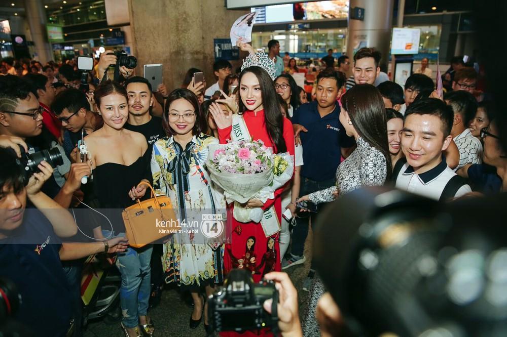 Về đến sân bay Việt Nam, Hương Giang vội thay áo dài đỏ, đội vương miện lộng lẫy để chào khán giả - Ảnh 4.