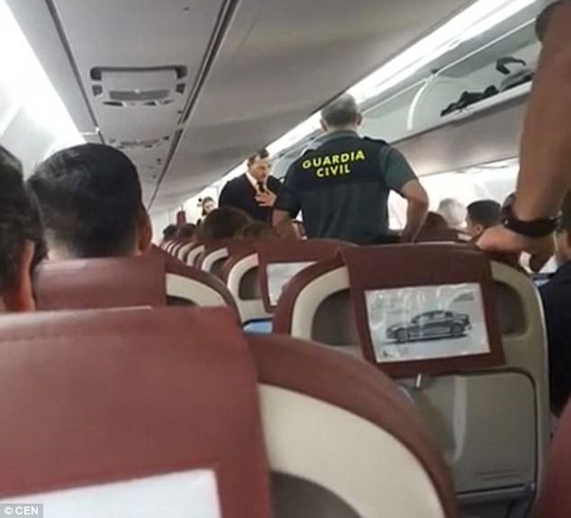 Miệt thị tiếp viên hàng không da màu, người đàn ông bị lôi xuống máy bay trước sự tán đồng của hành khách - Ảnh 2.