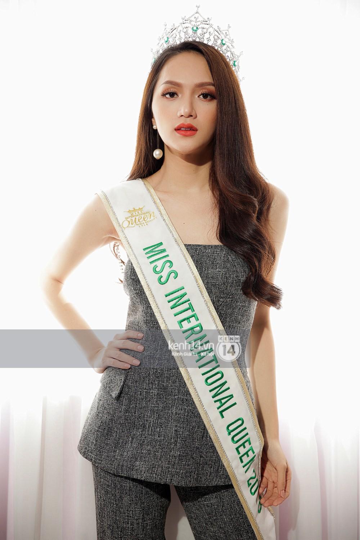 Hoa hậu Hương Giang xinh đẹp rực rỡ trong ngày đầu về Việt Nam - Ảnh 2.