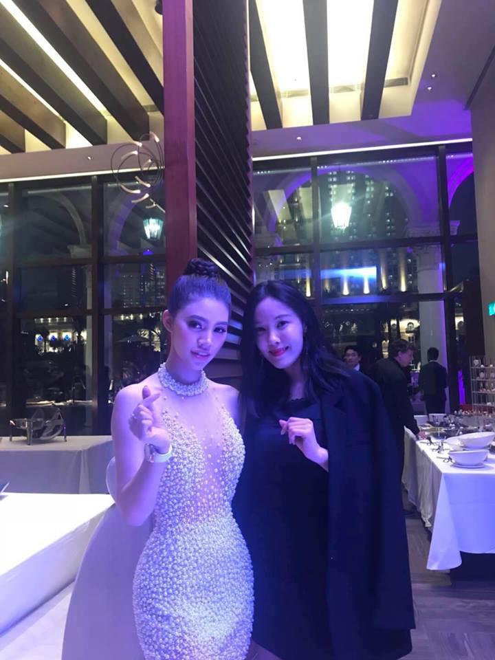 Jolie Nguyễn khoe nhan sắc rạng rỡ trên thảm đỏ Asian Film Awards, hào hứng chụp ảnh cùng Cổ Thiên Lạc, Hyomin (T-Ara) - Ảnh 3.