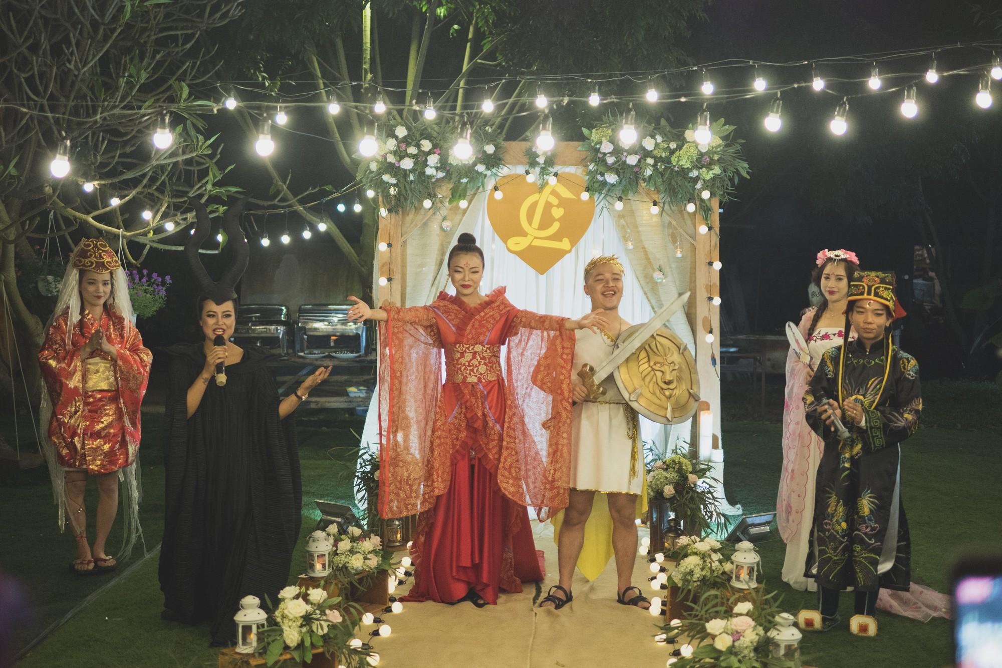 Đám cưới phong cách lẩu thập cẩm: Cô dâu hóa Võ Tắc Thiên, chú rể cosplay thần Hy Lạp - Ảnh 1.
