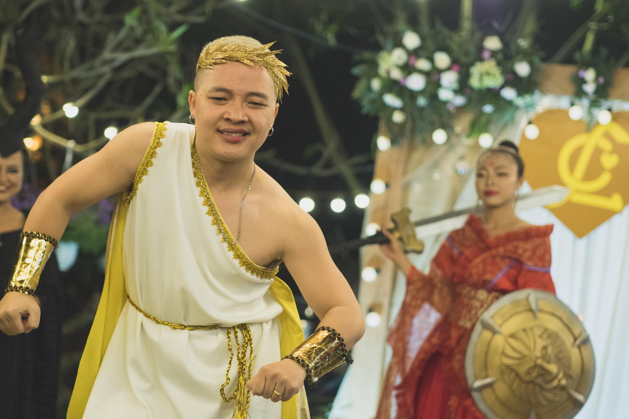 Đám cưới phong cách lẩu thập cẩm: Cô dâu hóa Võ Tắc Thiên, chú rể cosplay thần Hy Lạp - Ảnh 5.