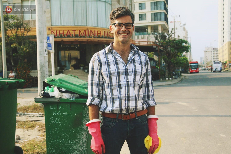 """Quá yêu Đà Nẵng, chàng trai Tây lặng lẽ nhặt rác mỗi ngày: """"Tôi không muốn thành phố này mất đẹp trong lòng du khách - Ảnh 7."""