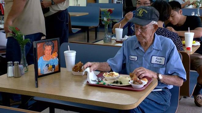 Suốt 4 năm trời, mỗi ngày, cụ ông 93 tuổi đều dùng bữa trưa cùng người vợ quá cố - Ảnh 1.
