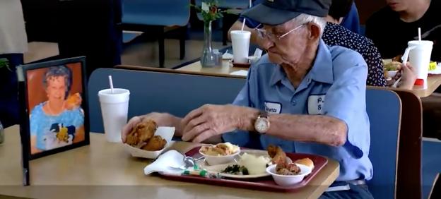 Suốt 4 năm trời, mỗi ngày, cụ ông 93 tuổi đều dùng bữa trưa cùng người vợ quá cố - Ảnh 2.