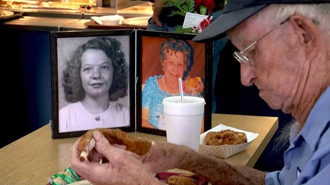 Suốt 4 năm trời, mỗi ngày, cụ ông 93 tuổi đều dùng bữa trưa cùng người vợ quá cố - Ảnh 3.