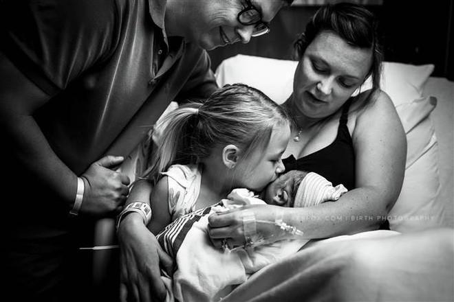 Con mới cất tiếng khóc chào đời, bà mẹ vừa nhìn thấy con đã hét lên kinh ngạc chỉ vì điều này - Ảnh 4.