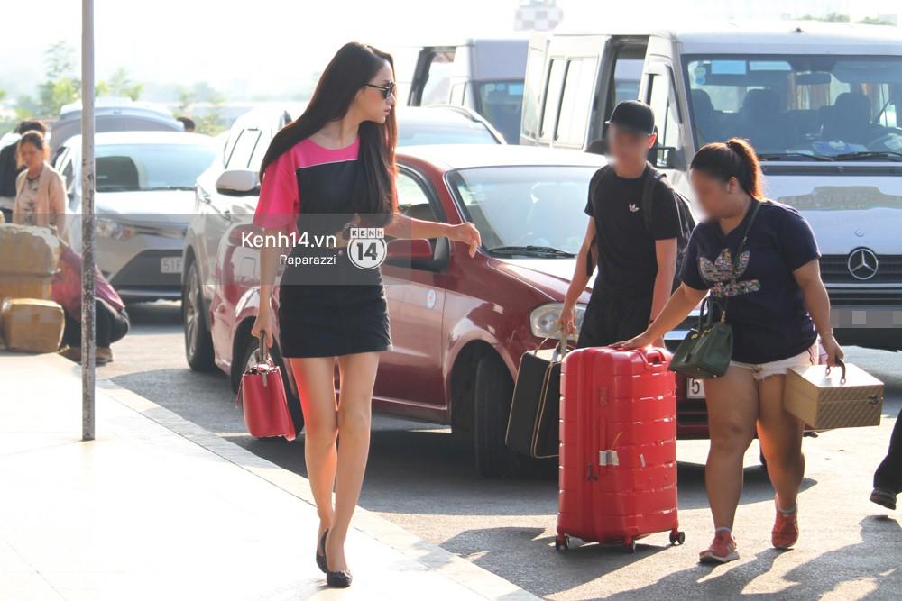 Hương Giang vội vã ở sân bay Tân Sơn Nhất, suýt muộn chuyến bay quay lại Thái Lan vì kẹt xe - Ảnh 1.