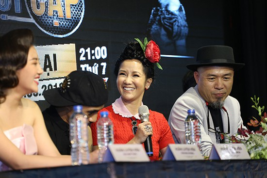 Gần 50 tuổi cũng chẳng sao, Diva Hồng Nhung vẫn cài hoa lên đầu và ăn mặc như học sinh - Ảnh 3.