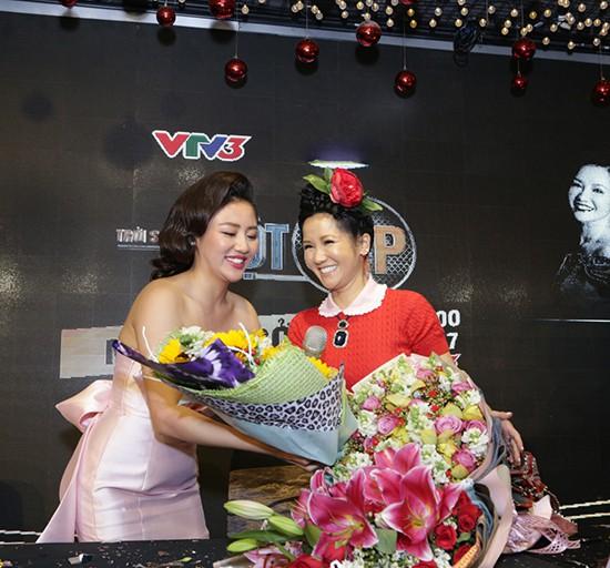 Gần 50 tuổi cũng chẳng sao, Diva Hồng Nhung vẫn cài hoa lên đầu và ăn mặc như học sinh - Ảnh 2.