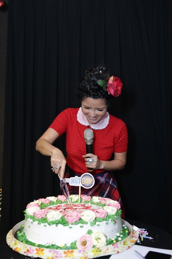 Gần 50 tuổi cũng chẳng sao, Diva Hồng Nhung vẫn cài hoa lên đầu và ăn mặc như học sinh - Ảnh 5.