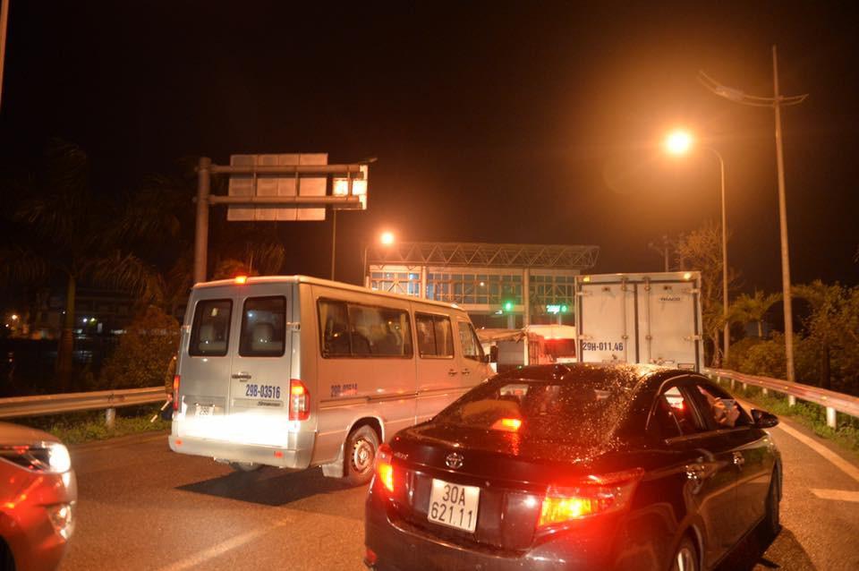 4 vụ tai nạn liên tiếp gây ùn tắc suốt 7 tiếng trên cao tốc Pháp Vân, đến nửa đêm nhiều người vẫn than trời vì không thể nhúc nhích