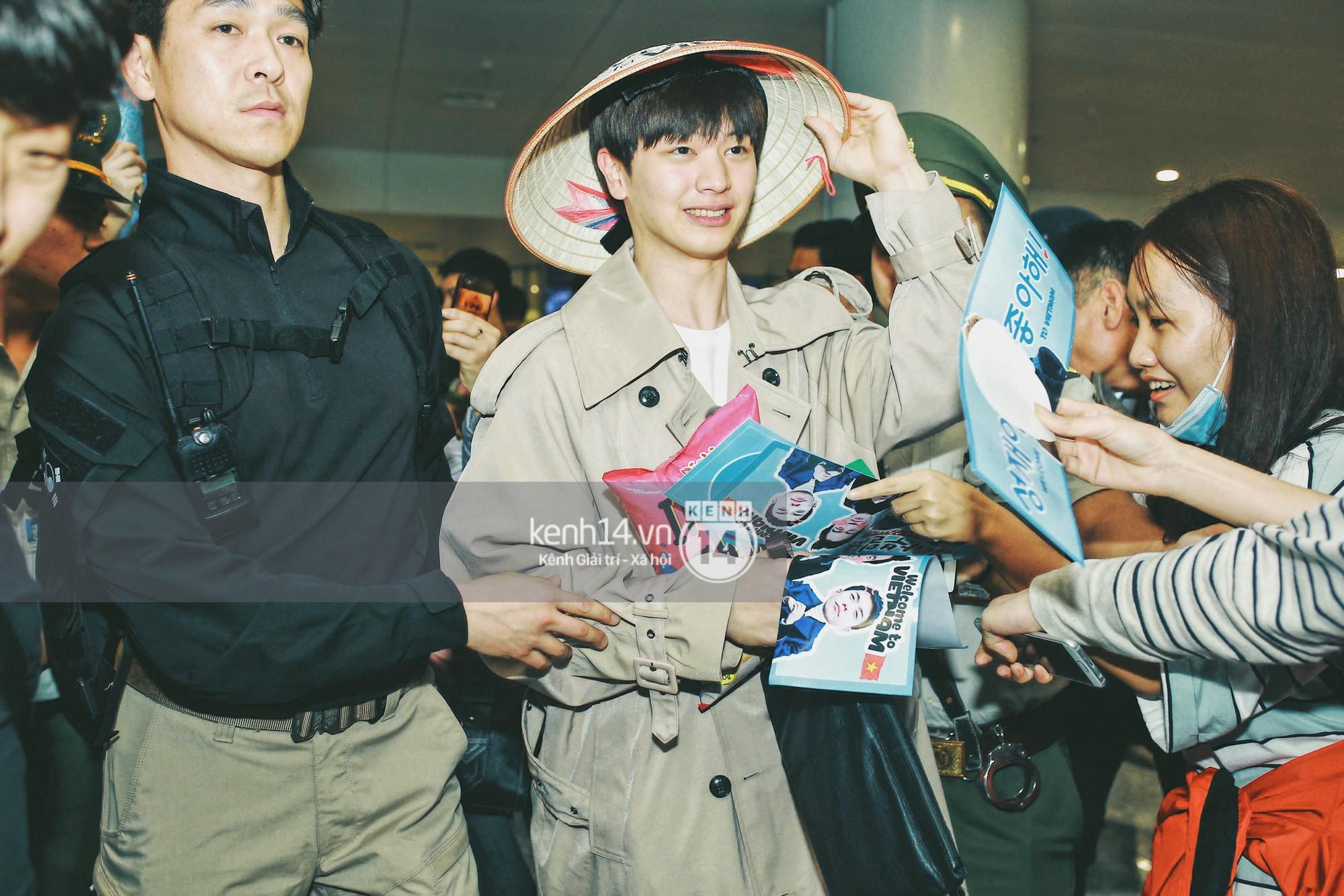 Ngộ Không Lee Seung Gi tươi rói nhận hoa, Yook Sung Jae điển trai giữa đám đông fan phấn khích tại sân bay Nội Bài - Ảnh 7.
