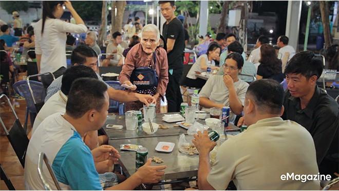 Tìm về những mảnh đời của người già bán vé số Sài Gòn: Nơi quê hương không ngọt - Ảnh 13.