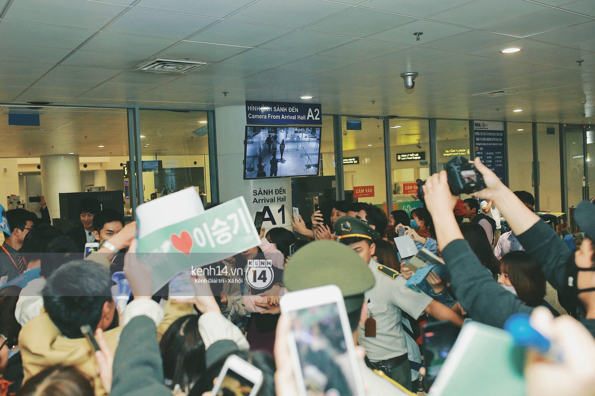 Ngộ Không Lee Seung Gi tươi rói nhận hoa, Yook Sung Jae điển trai giữa đám đông fan phấn khích tại sân bay Nội Bài - Ảnh 9.