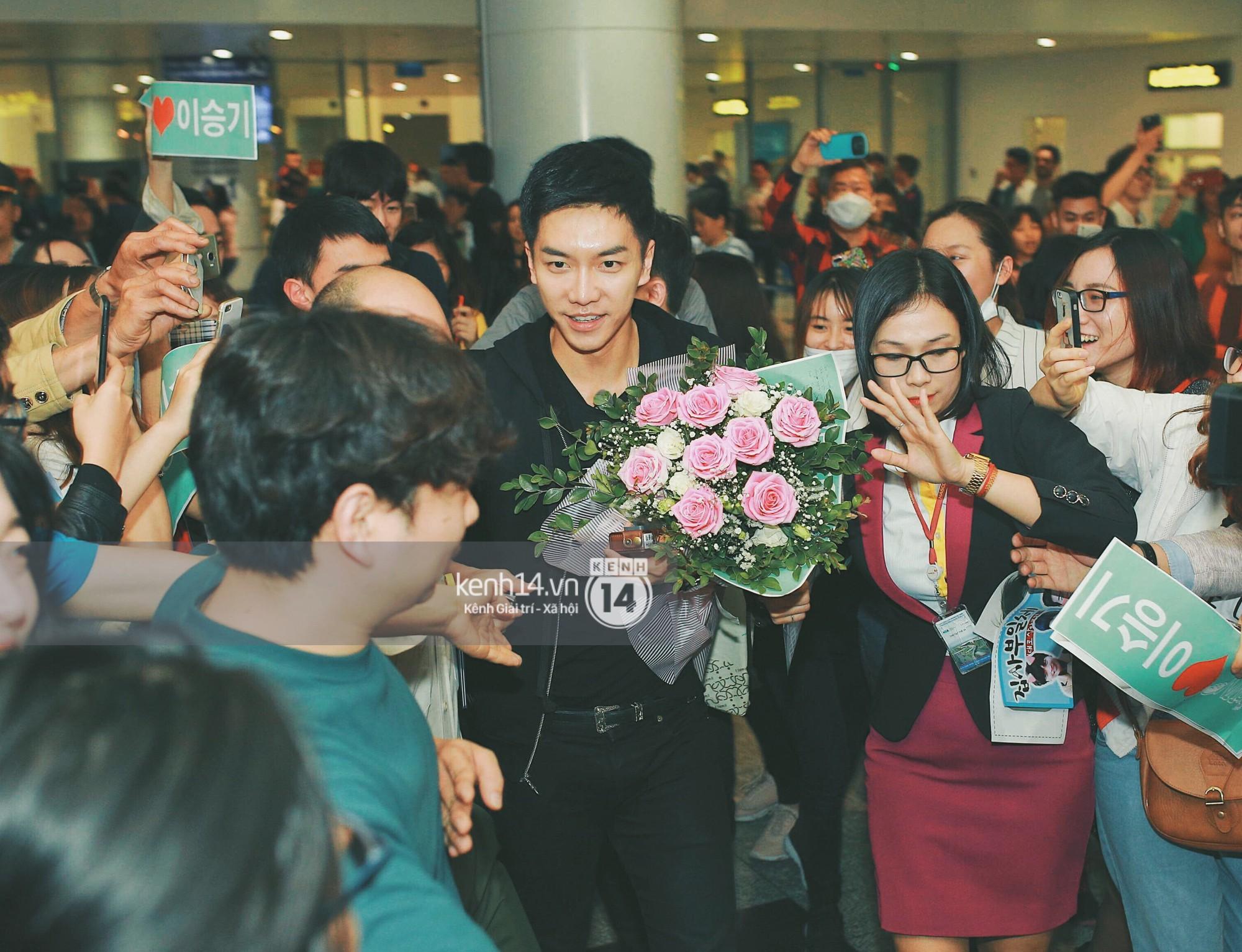 """""""Ngộ Không"""" Lee Seung Gi tươi rói nhận hoa, Yook Sung Jae điển trai giữa đám đông fan náo loạn sân bay Nội Bài"""