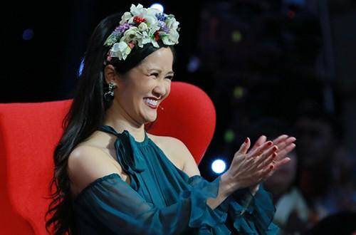 Gần 50 tuổi cũng chẳng sao, Diva Hồng Nhung vẫn cài hoa lên đầu và ăn mặc như học sinh - Ảnh 7.