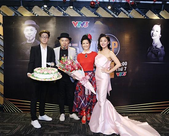 Gần 50 tuổi cũng chẳng sao, Diva Hồng Nhung vẫn cài hoa lên đầu và ăn mặc như học sinh - Ảnh 4.