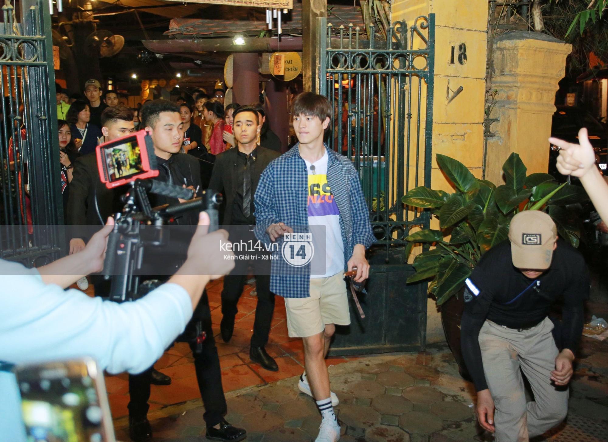Đến nhà hàng Việt dùng bữa, tài tử Hoa du ký Lee Seung Gi, Yook Sung Jae cùng HLV U23 khó khăn thoát khỏi đám đông fan - Ảnh 4.