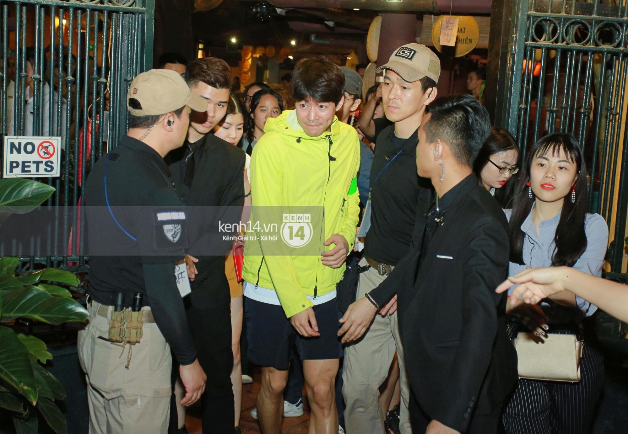 Đến nhà hàng Việt dùng bữa, tài tử Hoa du ký Lee Seung Gi, Yook Sung Jae cùng HLV U23 khó khăn thoát khỏi đám đông fan - Ảnh 7.