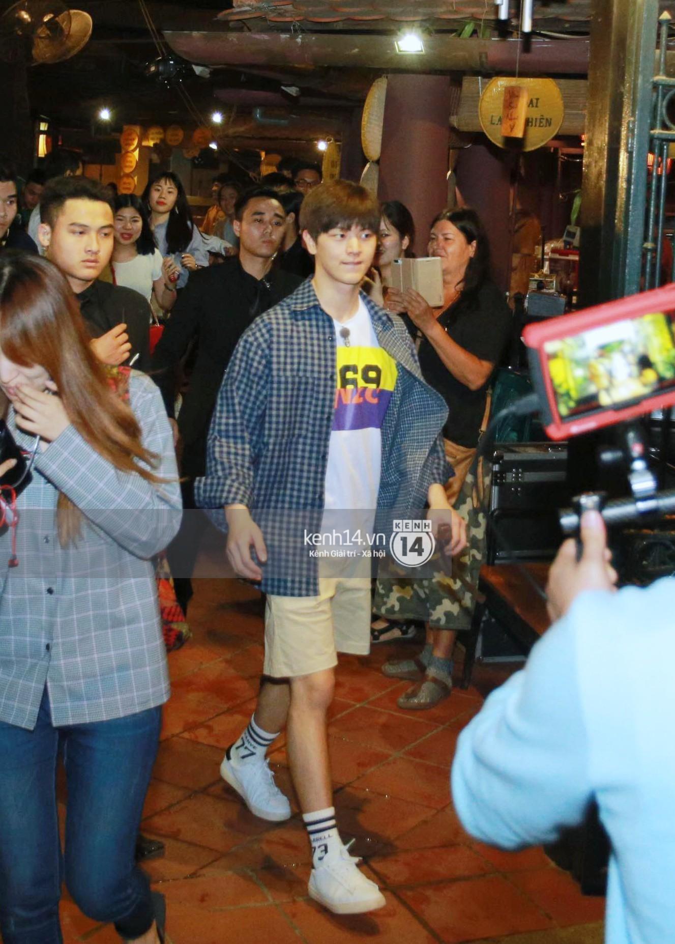 Đến nhà hàng Việt dùng bữa, tài tử Hoa du ký Lee Seung Gi, Yook Sung Jae cùng HLV U23 khó khăn thoát khỏi đám đông fan - Ảnh 6.