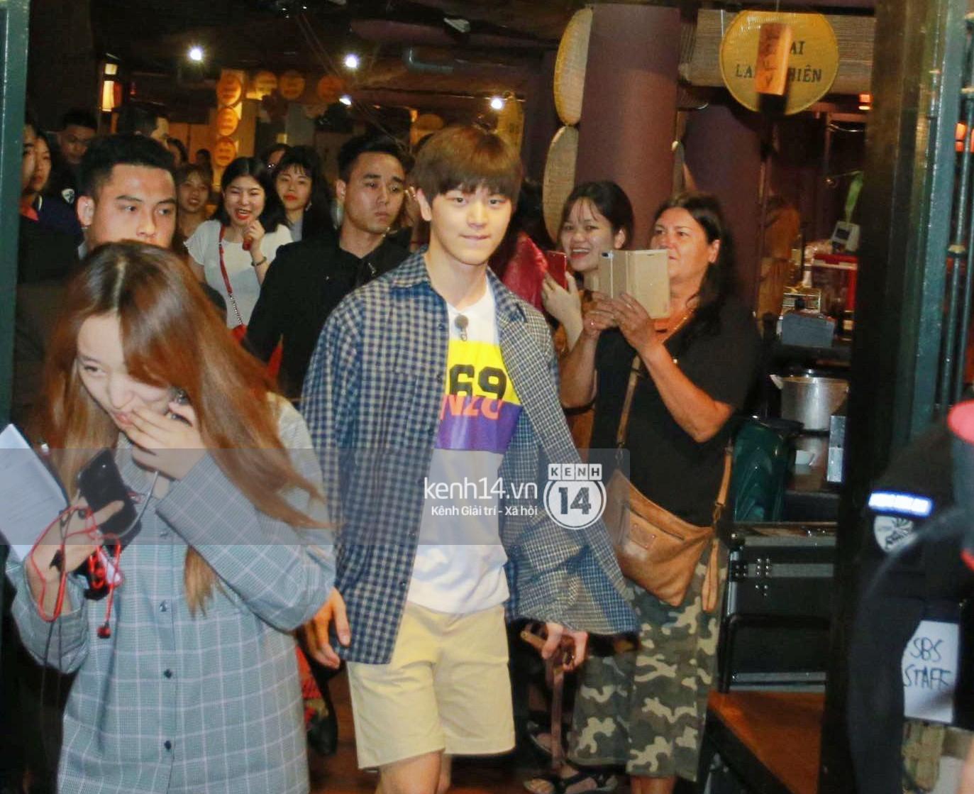 Đến nhà hàng Việt dùng bữa, tài tử Hoa du ký Lee Seung Gi, Yook Sung Jae cùng HLV U23 khó khăn thoát khỏi đám đông fan - Ảnh 5.