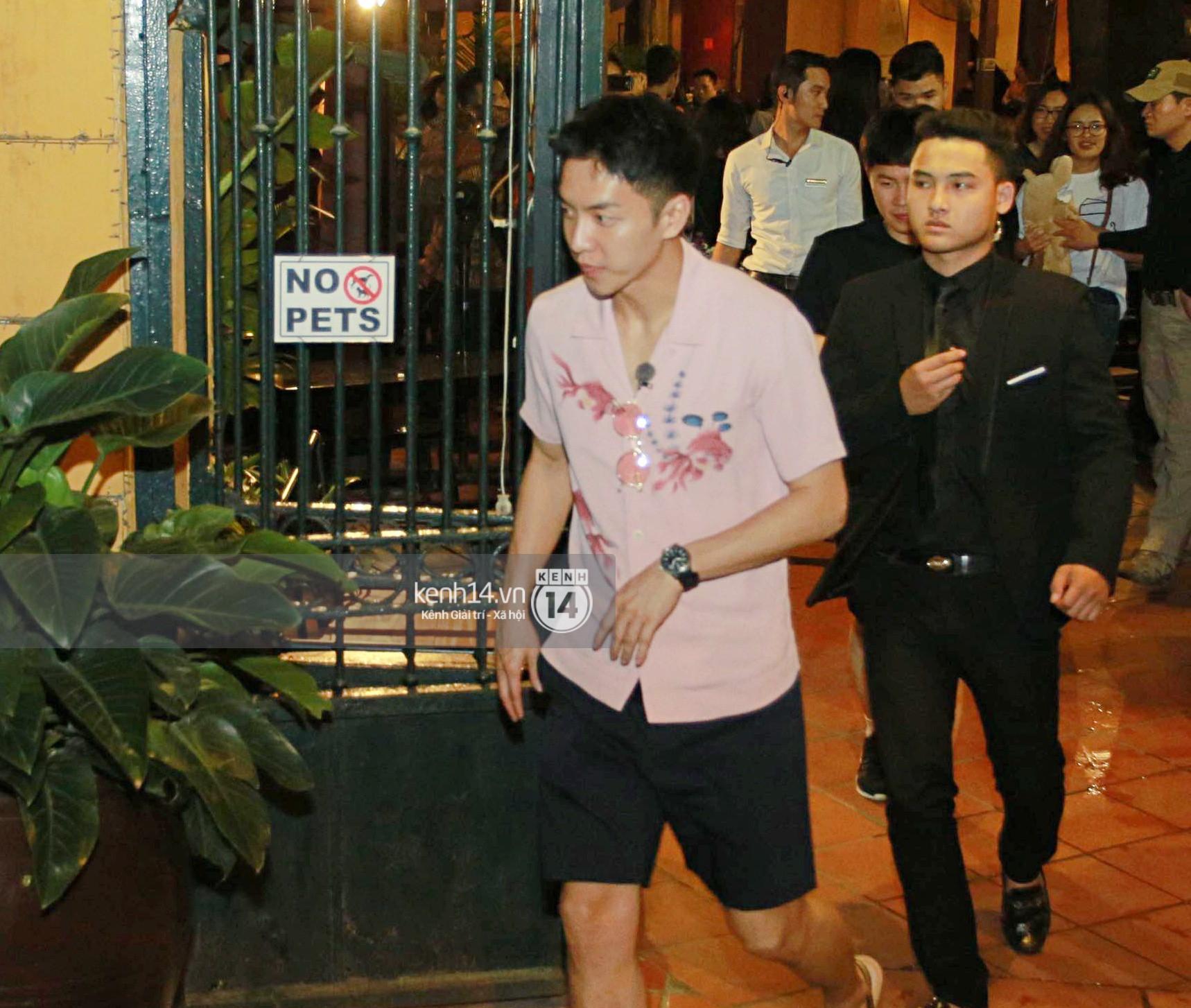 Đến nhà hàng Việt dùng bữa, tài tử Hoa du ký Lee Seung Gi, Yook Sung Jae cùng HLV U23 khó khăn thoát khỏi đám đông fan - Ảnh 2.