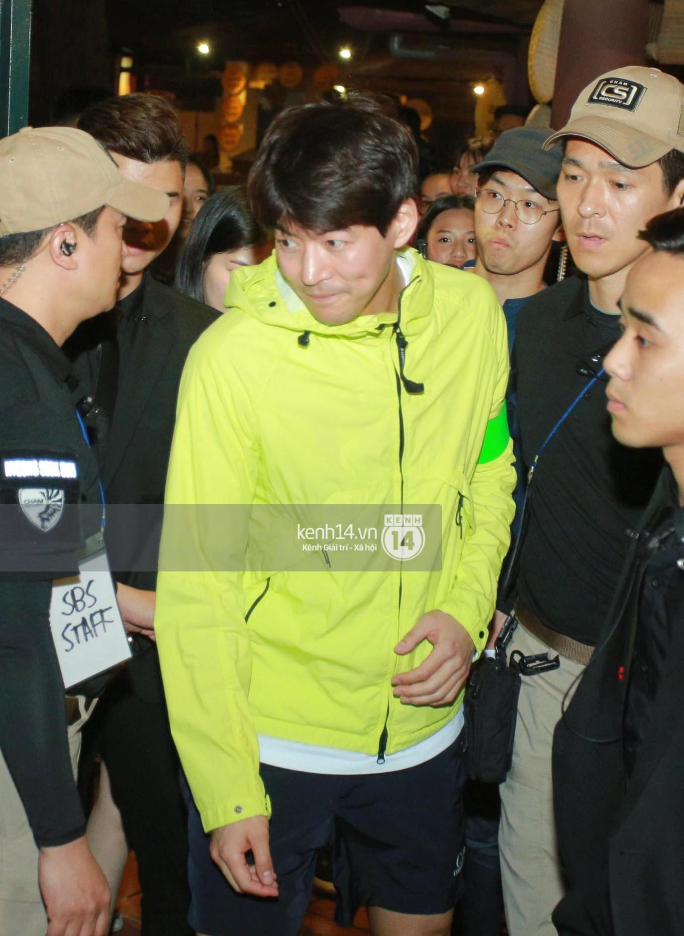 Đến nhà hàng Việt dùng bữa, tài tử Hoa du ký Lee Seung Gi, Yook Sung Jae cùng HLV U23 khó khăn thoát khỏi đám đông fan - Ảnh 8.