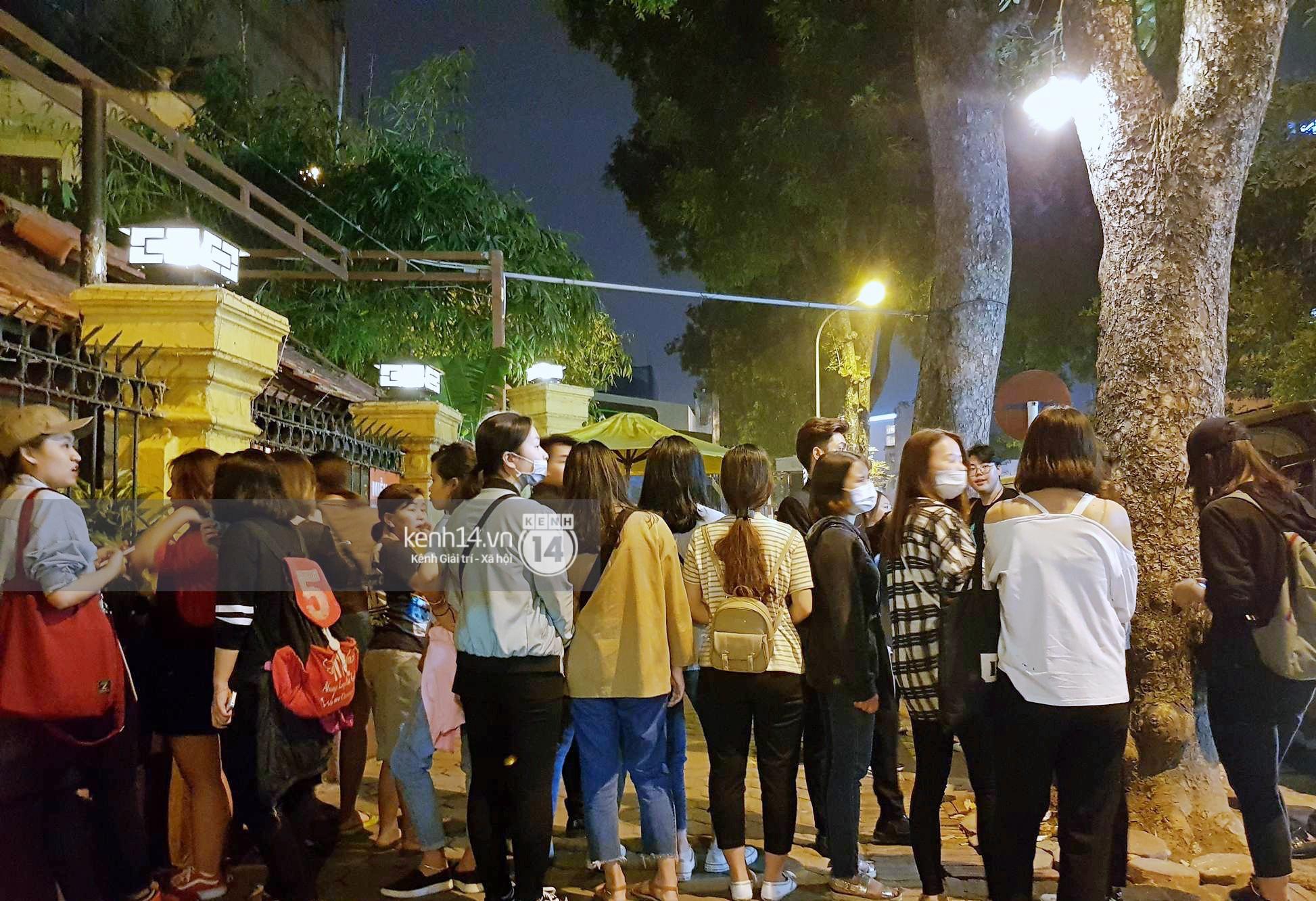 Đến nhà hàng Việt dùng bữa, tài tử Hoa du ký Lee Seung Gi, Yook Sung Jae cùng HLV U23 khó khăn thoát khỏi đám đông fan - Ảnh 10.