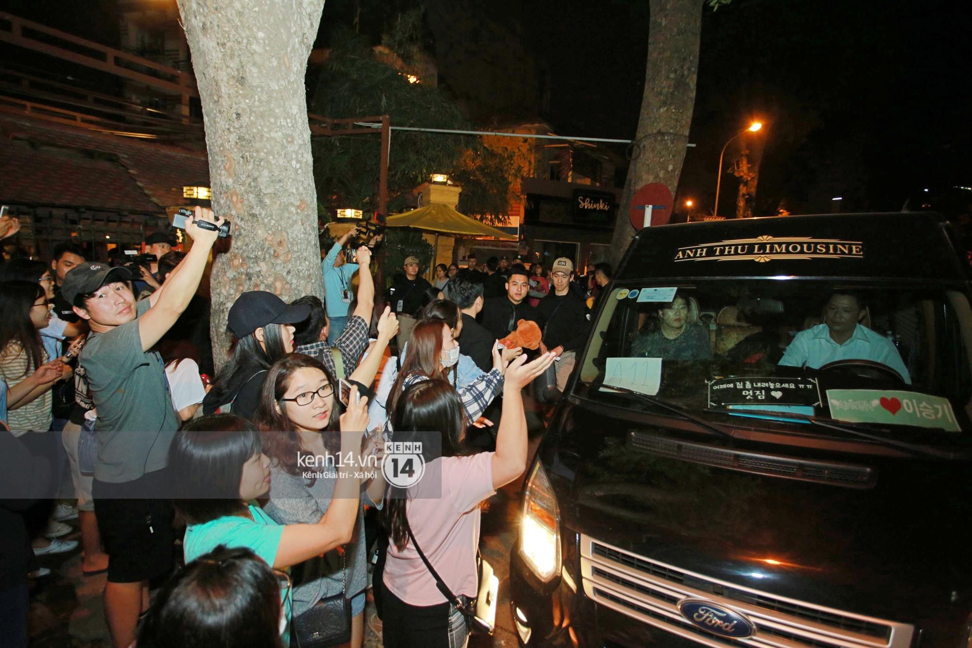 Đến nhà hàng Việt dùng bữa, tài tử Hoa du ký Lee Seung Gi, Yook Sung Jae cùng HLV U23 khó khăn thoát khỏi đám đông fan - Ảnh 11.